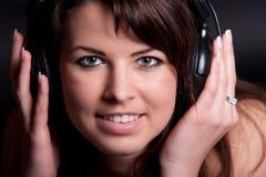 La fille assez jeune aime sa musique et est la sensation t Photographie stock