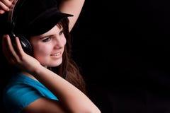 La fille assez jeune aime sa musique et est la sensation t Photo libre de droits