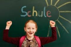 La fille attend avec intérêt l'école Image libre de droits