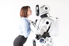 La fille attirante exprime l'amour tout en tenant des mains de cyborg Photographie stock libre de droits