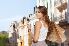 La fille attirante retourne à la maison après l'achat image stock