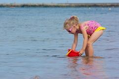 La fille au bord de la mer Photographie stock libre de droits