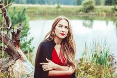La fille au lac Images stock
