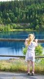 La fille au lac de montagne images libres de droits