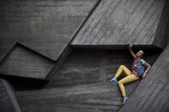 La fille au mur photographie stock libre de droits