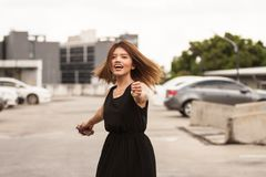 La fille au parking photographie stock libre de droits