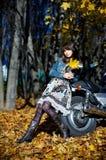 La fille au sujet d'une moto de pouvoir Photo libre de droits