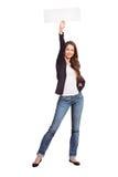 La fille aux cheveux longs mince annonce une vente Photographie stock libre de droits