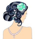 La fille aux cheveux noirs avec une coiffure de mariage Photographie stock