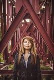 La fille aux piles de pont Image stock