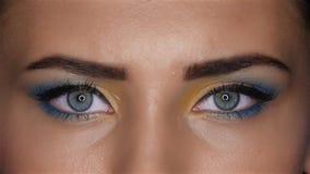 La fille avec composent les yeux lumineux et impérieux examinant la distance Fin vers le haut banque de vidéos