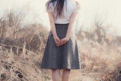 La fille avec de beaux cheveux apprécie la fraîcheur Photos libres de droits