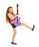 La fille avec de longs cheveux joue sur l'électro guitare Images libres de droits