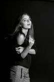 La fille avec de longs cheveux, Le geste viennent à moi Photographie stock libre de droits