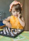 La fille avec des échecs Photographie stock libre de droits