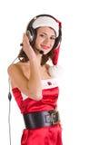La fille avec des écouteurs est écoutent la musique Image stock