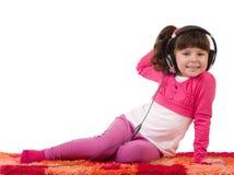La fille avec des écouteurs est écoutent la musique Photo stock