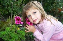 La fille avec des fleurs Image libre de droits