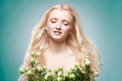 La fille avec des fleurs. Image stock