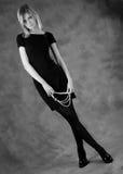 La fille avec des programmes des perles noires et blanches Images stock