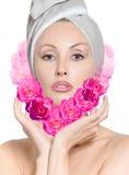La fille avec des roses sous forme de coeur Image libre de droits
