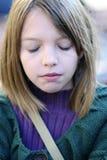 La fille avec des yeux s'est fermée Image libre de droits