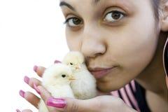 La fille avec deux poulets Photo stock