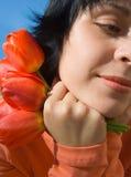 La fille avec fleurs Photographie stock libre de droits