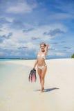 La fille avec l'équipement pour la plongée à l'air Image libre de droits
