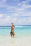 La fille avec l'équipement pour la plongée à l'air Photos stock