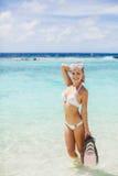 La fille avec l'équipement pour la plongée à l'air Photo stock