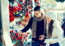 La fille avec l'ami choisissant Noël catalan de tradition souven Photos libres de droits