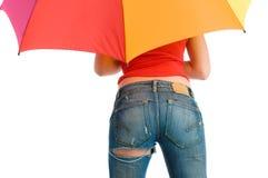 La fille avec l'arc-en-ciel colore le parapluie Image libre de droits