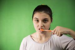 La fille avec la brosse à dents a isolé Photo libre de droits