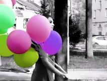 La fille avec la couleur monte en ballon - le premier jour de mai, de fête Photo stock