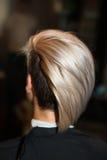 La fille avec la coupe de cheveux courte dans le plan rapproché de salon de coiffure Photographie stock libre de droits