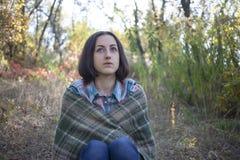 La fille avec la couverture Photographie stock libre de droits