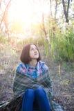 La fille avec la couverture Photographie stock