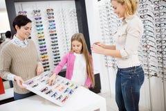 La fille avec la mère choisissent des cadres d'oeil photographie stock libre de droits
