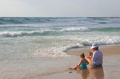 La fille avec la momie s'asseyent sur la côte. images libres de droits
