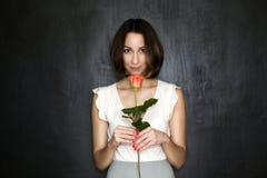 La fille avec la rose dans sa main Images stock