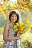 La fille avec le chêne laisse le posy photographie stock