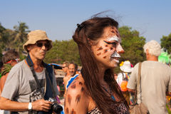 La fille avec le chat de maquillage s'est habillée dans la copie de léopard au festival annuel des phénomènes, plage d'Arambol, Go Photos stock