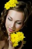 La fille avec le cheveu avec le chrysanthemum jaune photos libres de droits