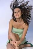 La fille avec le cheveu oscillant photographie stock
