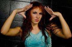 La fille avec le cheveu rouge humide Images libres de droits