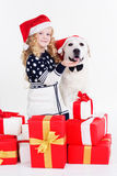 La fille avec le chien de chien d'arrêt utilisent des chapeaux de Noël Image stock