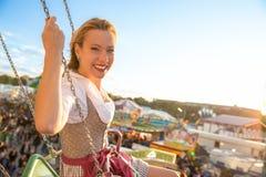 La fille avec le dirndl fait le wiesn oktoberfest dans munic image libre de droits