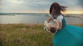 La fille avec le fils d'entourer le champ, un jour d'été nuageux clips vidéos
