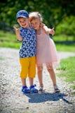 La fille avec le garçon se tortillent Photo stock